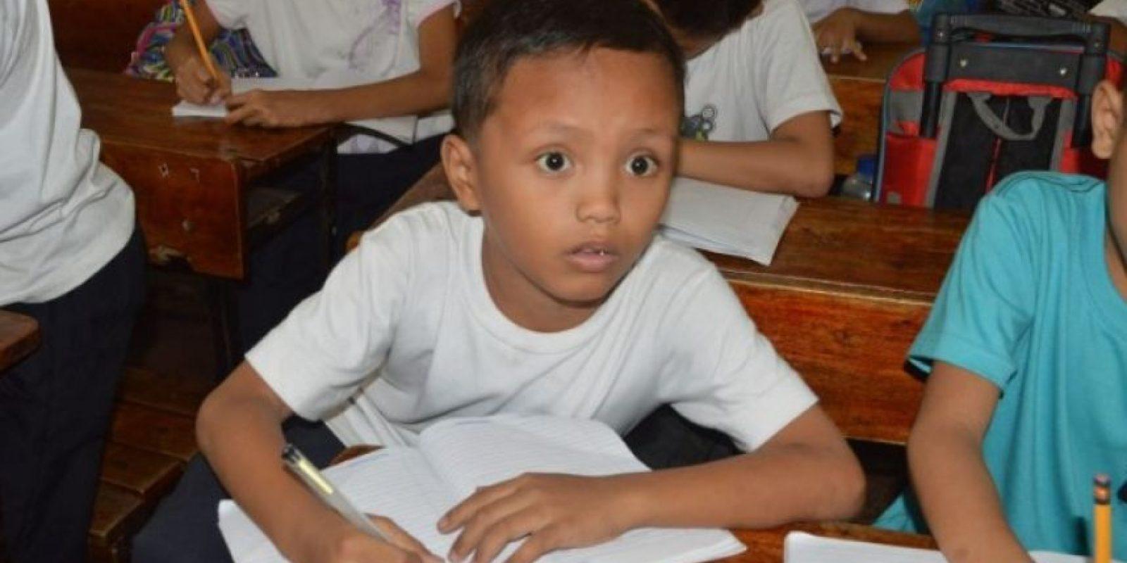 Como reacción a la fotografía, el menor recibió becas para continuar sus estudios Foto:AFP