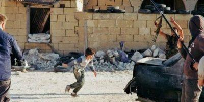 """4. """"Niño sirio que finge su muerte para salvar hermana"""" fue una imagen que se volvió viral en noviembre de 2014 Foto:Lars Klevberg,"""