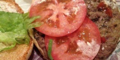 Y de nuevo en realidad los gusanos disfrutan las hamburguesas. Foto:Vía Youtube