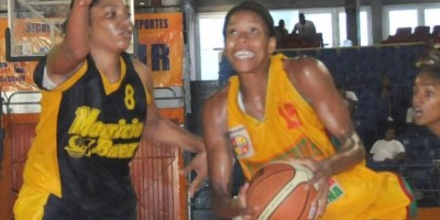 Guachupita derrota al Luperón en basket superior femenino