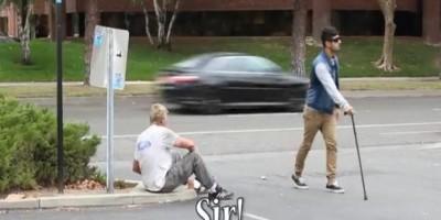 Mira cómo reacciona la gente cuando un ciego pierde dinero en la calle
