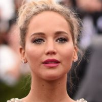 En 2013, luego de caer en el escenario de los premios Óscar, la actriz fue captada en Hawai mientras bebía vino y fumaba un cigarro de marihuana. Foto:Getty Images