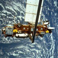 Cuando los paneles solares del telescopio espacial Hubble fueron trasladados de vuelta a la Tierra en 2002, estaban acribillados por impactos de hasta 8 mm de ancho. Foto:Getty Images