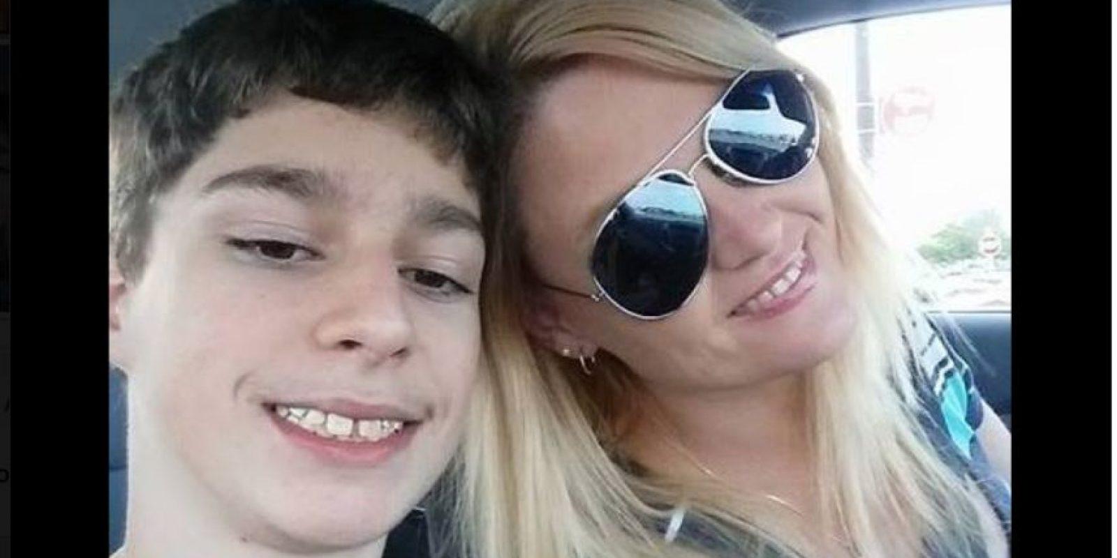 Tuvo que sacar a su hijo de la escuela debido a que la institución se negó a dejarlo morir. Foto:Vía facebook.com/rene.hoover