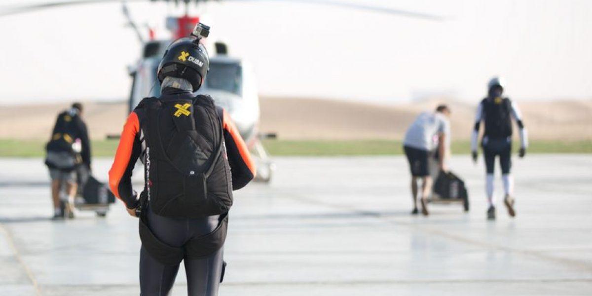 "Así se ven dos ""hombres pájaro"" junto a un avión de pasajeros"