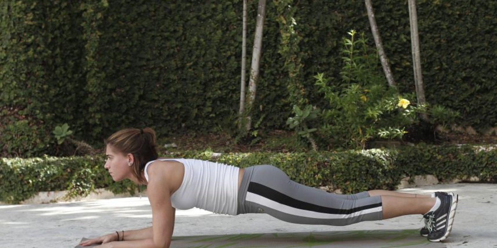 Plank Preparación: Comienza bocabajo, posicionando las manos y las rodillas a la distancia de los hombros. Levántate flexionando los codos y empujándote con los hombros.Ejecución:Mantén la posición hasta que puedas.Consejo:Mantén tu cuerpo contraído mientras estás aguantando la posición.Músculos a trabajar:El recto abdominal, oblicuo interno y externo, pectorales y cuádriceps