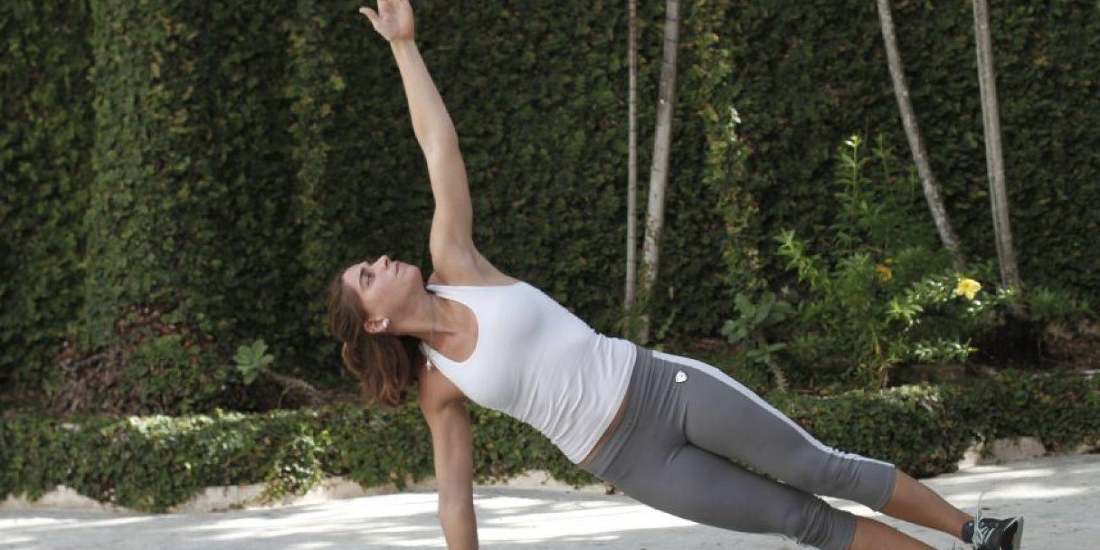 Side Plank Preparación: Recuéstate de lado alineando las caderas con las piernas, manteniéndolas derechas y contraídas. Ejecución: Eleva el tronco con una mano manteniendo las piernas derechas y contraídas. Mantén la posición hasta que puedas. Cambia de lados.Consejo: Mantén la cabeza alineada con la columna y el cuerpo entero contraído sin dejar caer las caderas. Músculos a trabajar: Oblicuo interno y externo, glúteos, espalda baja, dorsales, pectorales, aductores