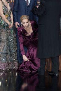La actriz por poco muestra de más, al intentar recoger una rosa blanca del suelo. Foto:Getty Images
