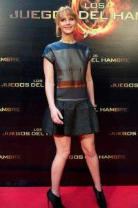 Para su segunda alfombra roja, eligió este coordinado con falda corta y una blusa en tonos grises, azules y naranjas. Foto:Getty Images