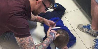 """""""Heróico"""" barbero quitó el miedo a cortes de cabello de niño con autismo"""