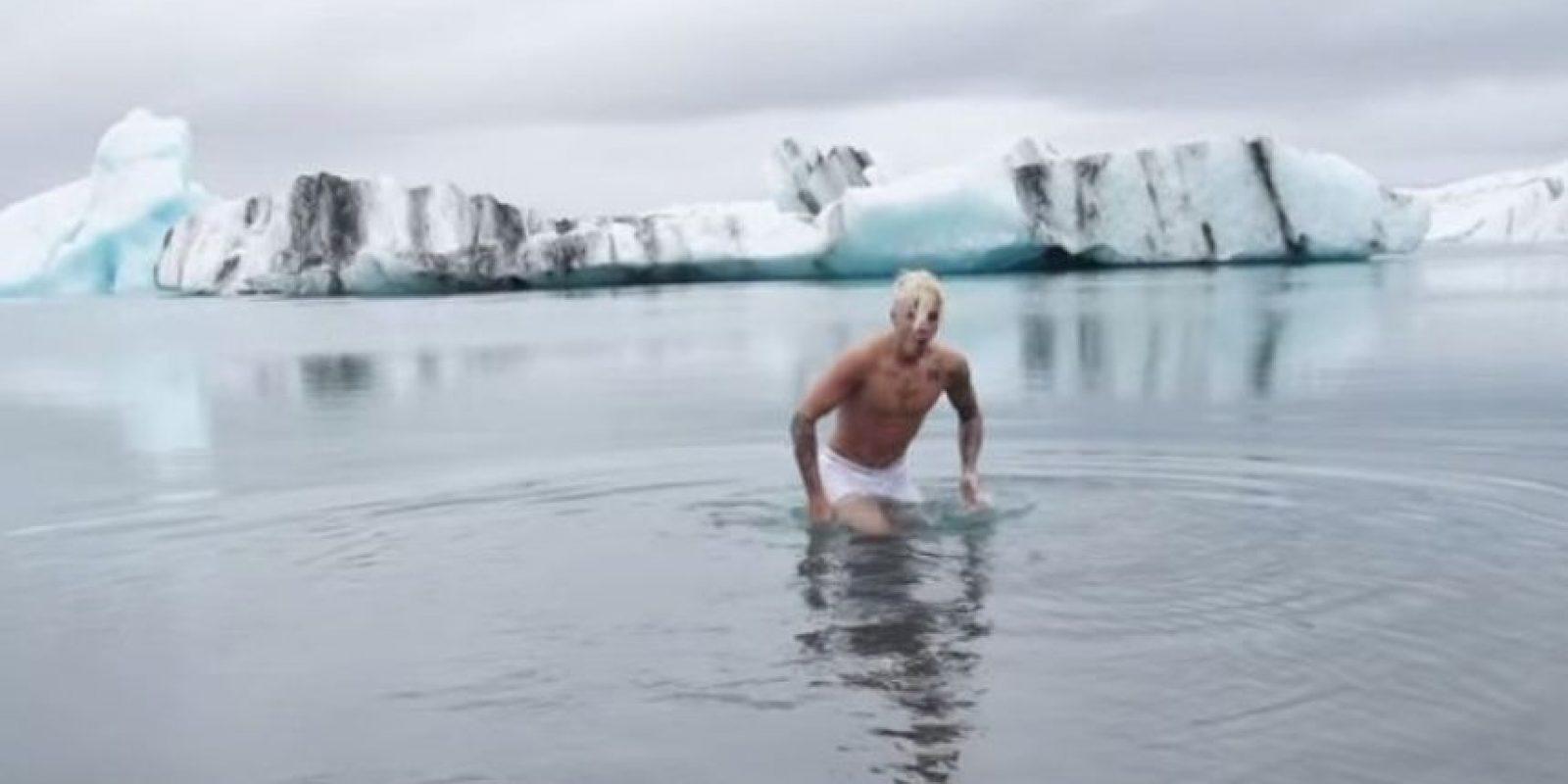 """Los operadores aseguran que no hay reglas con la natación, pero que resulta """"estúpido"""" que alguien nade en el lugar, ya que la temperatura del agua oscila entre los 3 y -3 grados centígrados. Lo que podría provocar la muerte a aquellas personas que imitaran su comportamiento en el lago. Foto:YouTube/justinbiebervevo"""