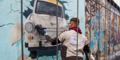En algunas zonas que fueron parte del muro, artistas realizan homenajes Foto:AFP