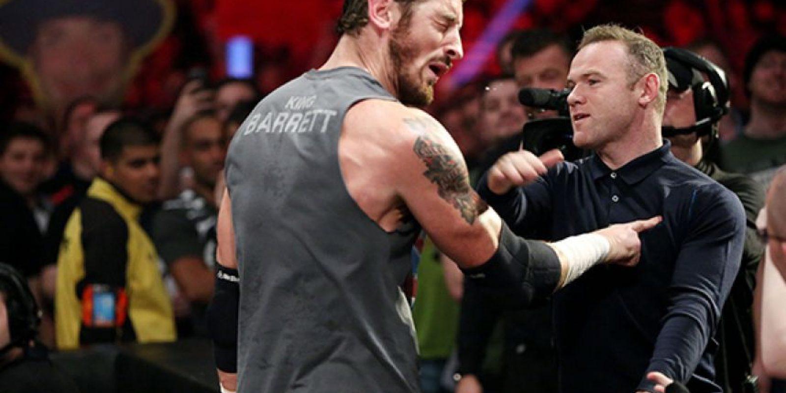 El momento en el que Rooney golpeó a Barrett Foto:WWE