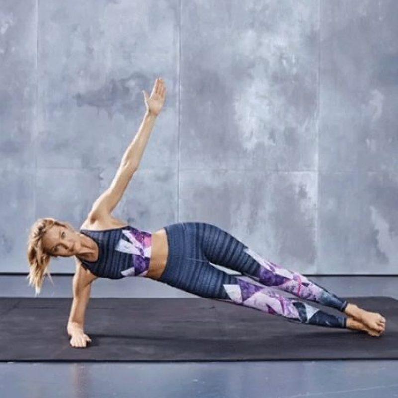 Según las indicaciones de la modelo Candice Swanepeol, se deben repetir 15 veces por cada lado. Foto:victoriassecret.com