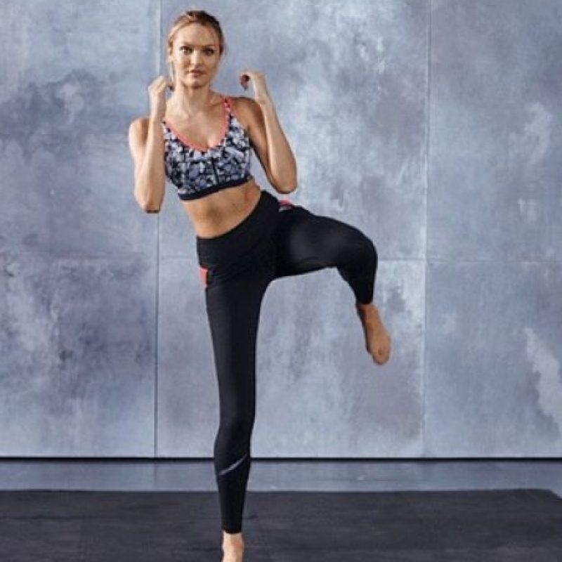 Se estira la pierna hacia un costado, primero flexionando la rodilla Foto:victoriassecret.com