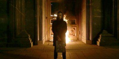 Activista ruso enciende la puerta de la sede del servicio de seguridad en Moscú