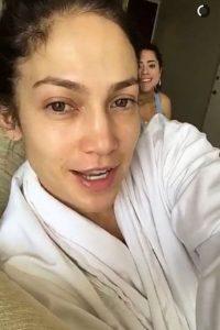 """El secreto de JLo es """"lavarse la cara 3 veces al día con agua muy fría para ayudar a cerrar sus poros y tensar la piel al máximo"""" Foto:Snapchat"""