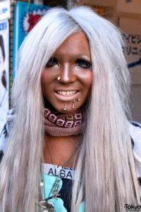 Posteriormente se tiñen el cabello de colores llamativos finalizando con prendas de tonos igual de vistosos. Foto:Twitter