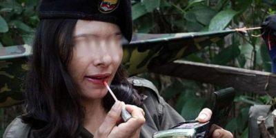 Ella se llama Ana Pacheco, es desmovilizada de las Farc, guerrilla colombiana que ha estado en un conflicto de más de 40 años con el gobierno. Posó hace poco para la revista Soho con una detective que solía perseguirle a ella y a los integrantes de su bando. Foto:vía Soho