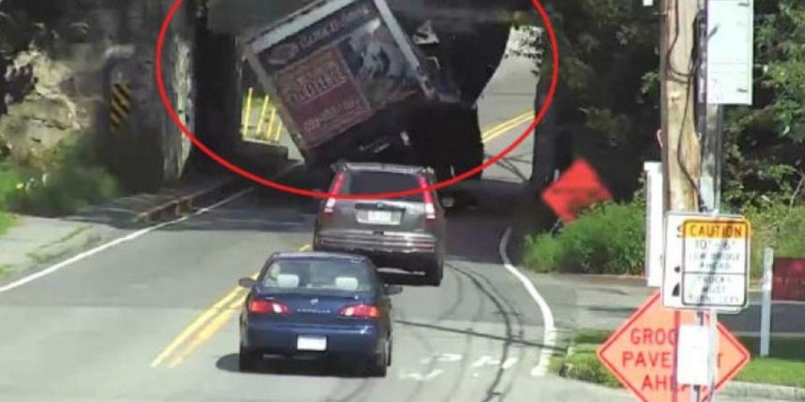 Este camión no midió bien la altura. Foto:Vía Youtube