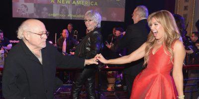 """""""Hace 15 años bailé con este maravilloso ser, Danny DeVito, en mi boda. ¡Volverlo a hacer después de tanto tiempo, celebrando a su amigo Tommy Mottola en la premier de su documental, no tiene precio!"""", comentó Thalía en Instagram. Foto:Getty Images"""