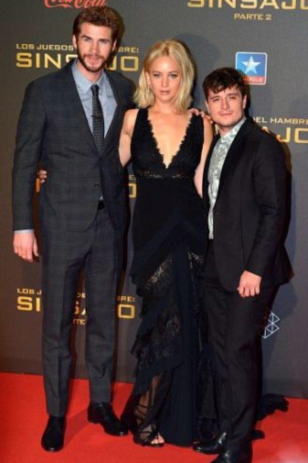 """Jennifer Lawrence se cayó durante la alfombra roja de la premier de """"Los Juegos del Hambre"""" en Madrid. Foto:Getty Images"""