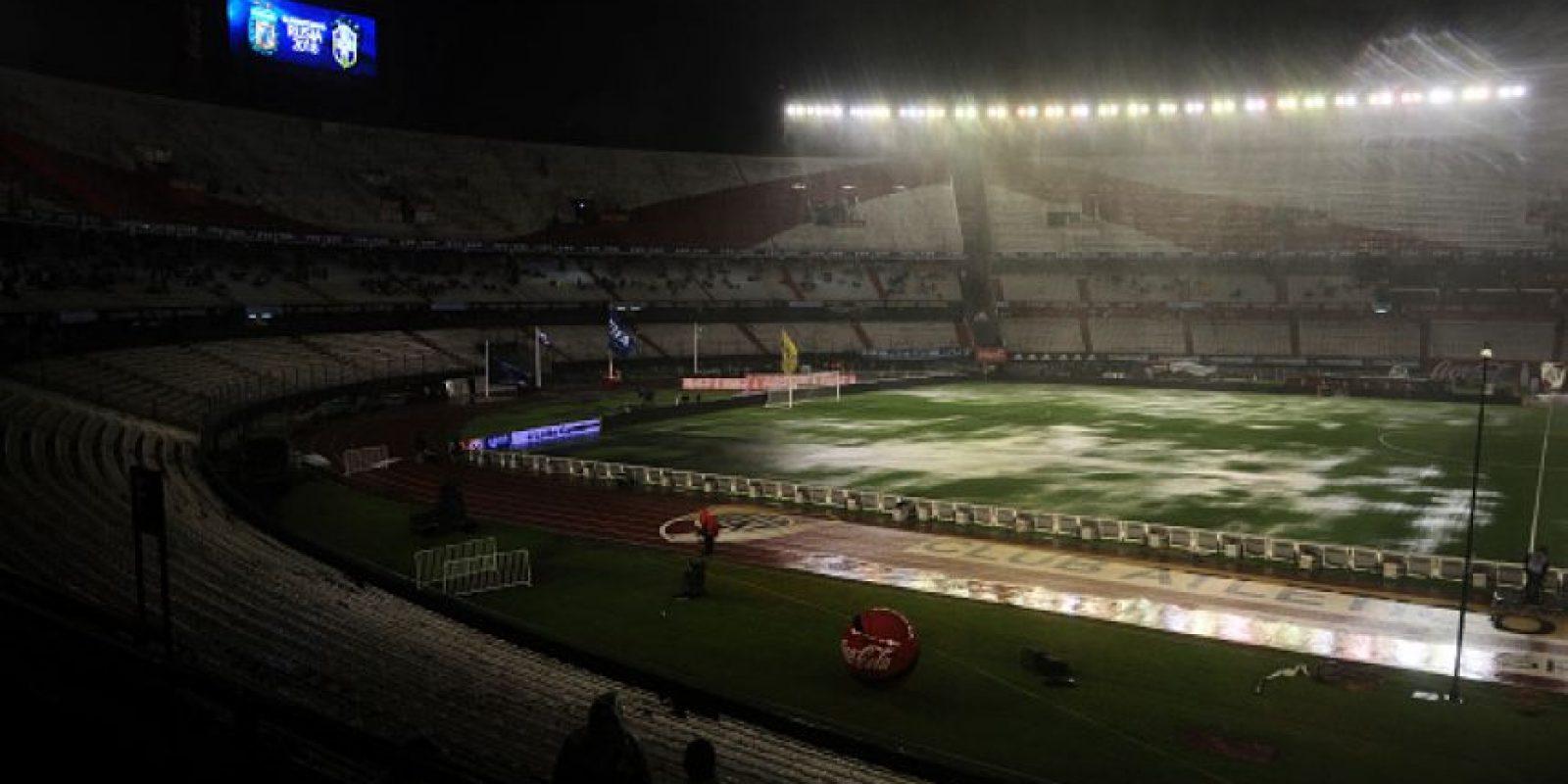 """Pero una lluvia torrencial cayó sobre Buenos Aires y dejó totalmente inundada la cancha del """"Monumental"""". Foto:Getty Images"""