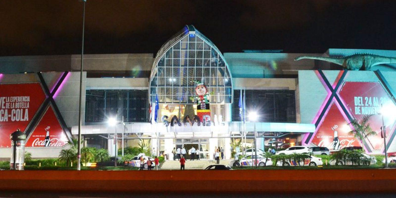Luces, Santas y mucho color en tiendas y plazas comerciales, como esta fachada de Sambil. / fotos: mario de peña Foto:Mario De Peña