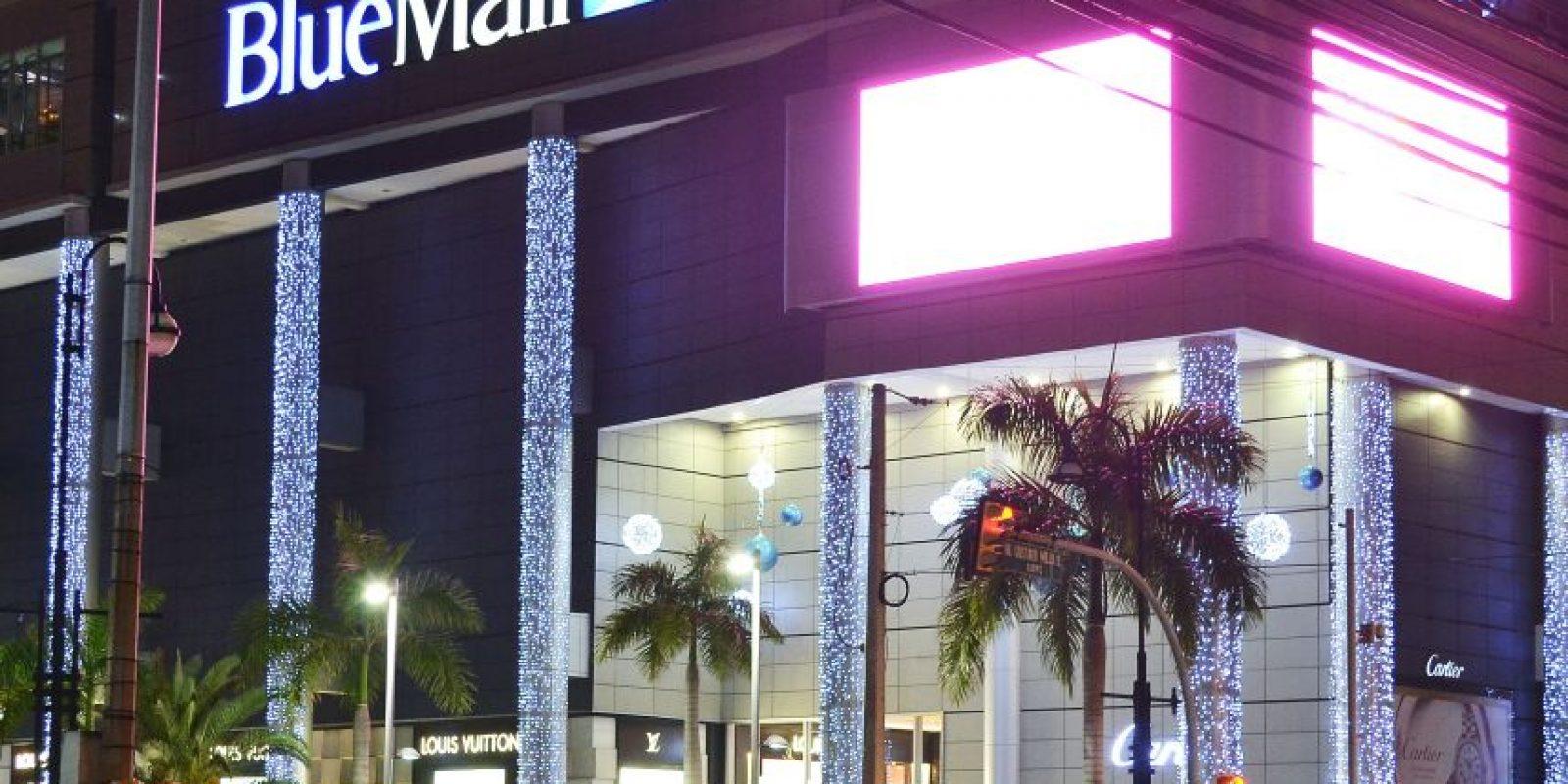 De azul radiante se ven las noches en elcentro comercial Blue Mall. Foto:Mario De Peña