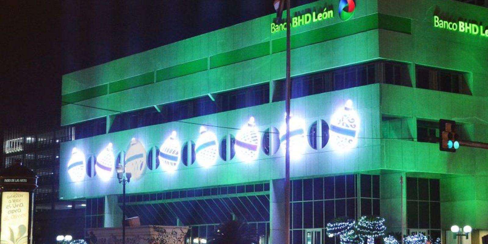 Los bancos, como el BHD León, también se contagian de la onda navideña. Foto:Mario De Peña