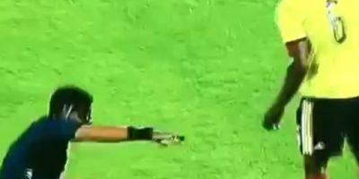 FAIL: Así fue la chistosa caída del árbitro del Chile-Colombia