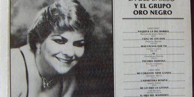 Tuvo que pasar por varios trabajos duros hasta 1978, cuando comienza a cantar. Sufrió la pérdida de sus hijos gemelos y adoptó una niña. Para 1984 graba su primer disco con sus propios ahorros. Foto:vía Coveralia