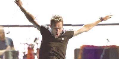 """Chris Martin. El vocalista de Coldplay se ha presentado en escenarios desde los 12 años. A sus 38, siempre lleva unos audífonos que lo protegen de los molestos zumbidos del tinnitus. """"Tuve tinnitus durante 10 años, pero desde que empecé a proteger mis oídos no he tenido nada peor"""", comentó al portal británico Daily Mirror."""