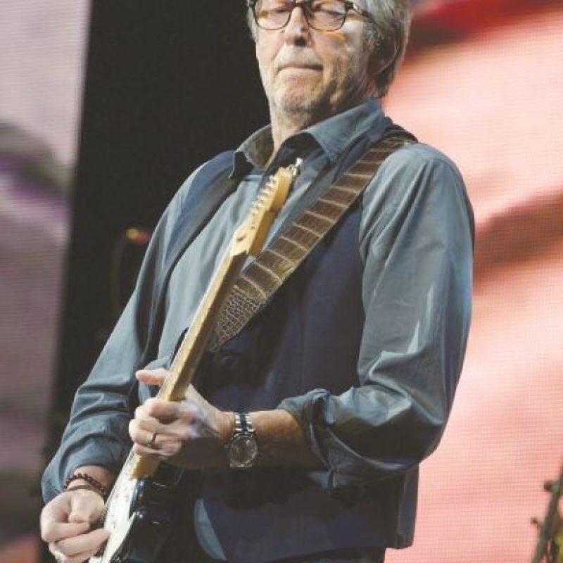 """Eric Clapton. El famoso guitarrista también lo padece, incluso ha declarado que sus oídos están arruinados por exponerlos a sonidos extremadamente fuertes durante conciertos.""""Estoy prácticamente sordo, pero me niego a llevar audífono porque me gusta el sonido natural de las cosas aun cuando apenas puedo oírlas"""", comentó el artista en su autobiografía."""