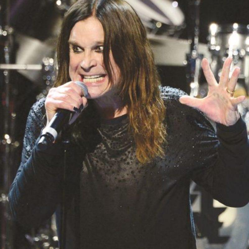 """Ozzy Osbourne. El oído del músico también se ha visto muy afectado por los sonidos fuertes, pues según lo indicó al diario español El Mundo, lleva """"varios años sufriendo tinnitus. """"Estoy bien. Pero lo de los oídos es feo, imagínese usted sometido 40 años a todos estos decibeles. Estoy casi sordo y entiendo sólo cuando alguien está directamente frente a mí"""", explicó el cantante británico."""
