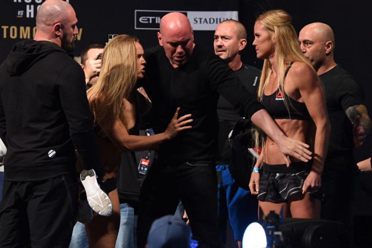 Ronda Rousey, la campeona, se careó con su retadora, Holly Holm, y llegaron a los golpes. Foto:Getty Images