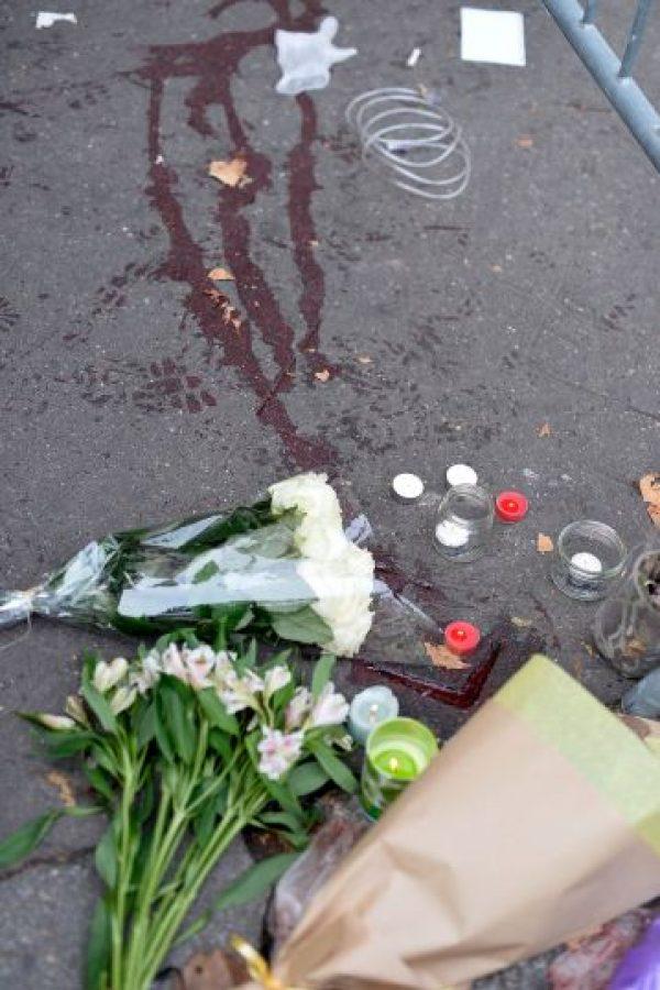 Con flores, veladoras, mensajes y oraciones, rindieron tributo a las víctimas. Foto:Getty Images