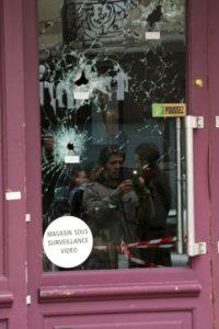 En la fachada de Café Nostra quedaron las marcas de las armas de fuego. Foto:Getty Images