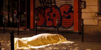 Para ver si están entre las víctimas. Foto:vía AFP