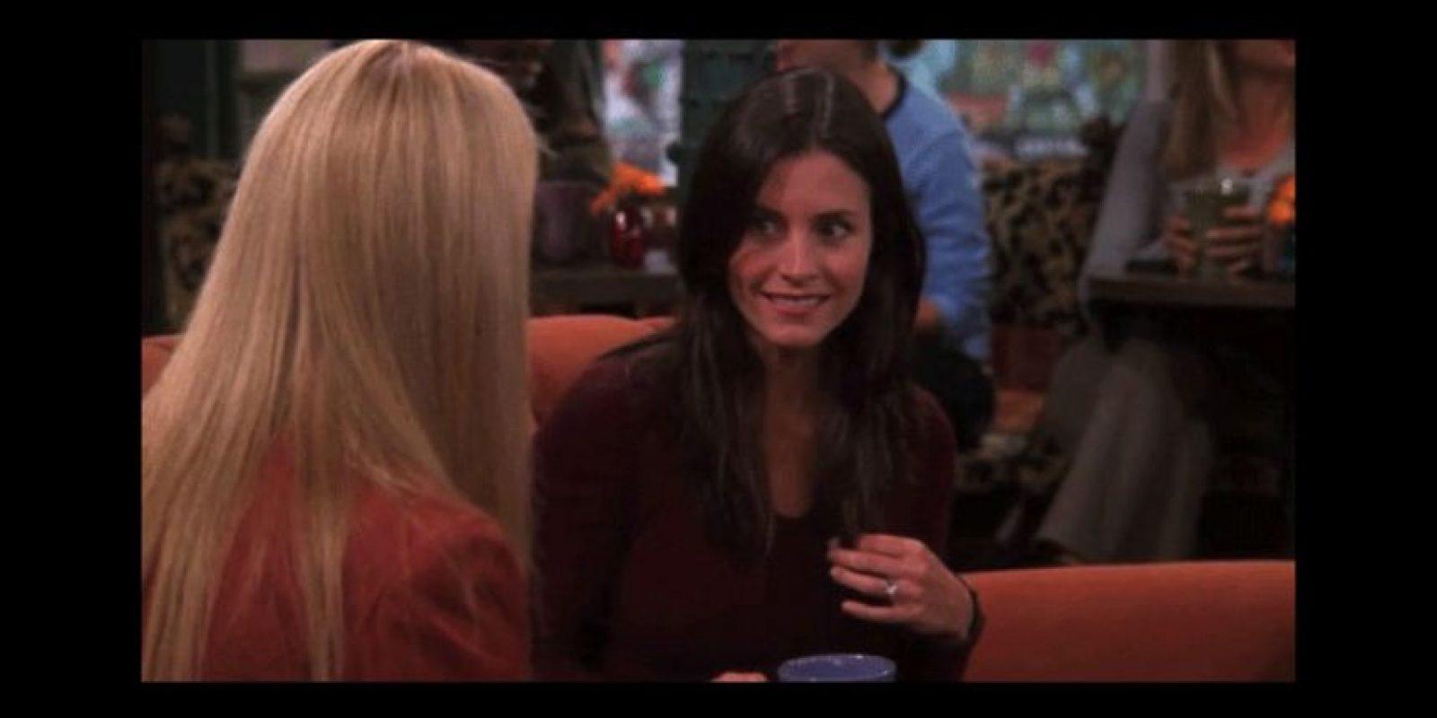 """En esta escena, """"Phoebe"""" charla con """"Mónica"""" mientras toma un café. Foto:Vía YouTube / Warner Bros"""