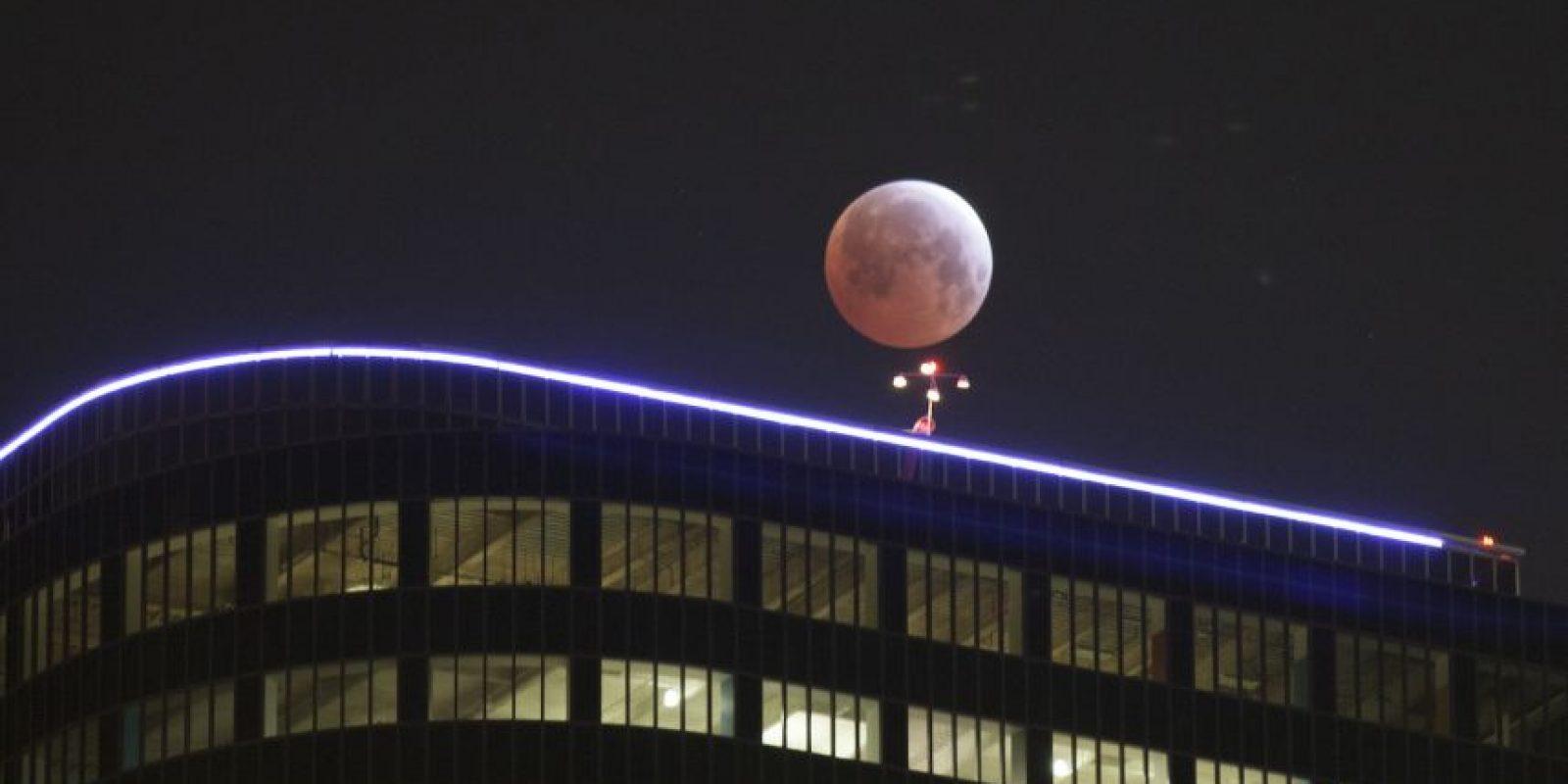 Además, la sombra de la tierra tiene dos partes: una se llama umbra y la otra penumbra, y para que la luna cruce ambas zonas deben pasar más de seis horas. Foto:Getty Images