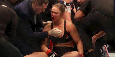 Ronda Rousey fue noqueada y con la cara sangrante, no lo quedó más que aceptar su derrota. Foto:Getty Images