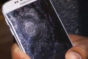 Así quedó el celular después del impacto. Foto:LiveLeaks