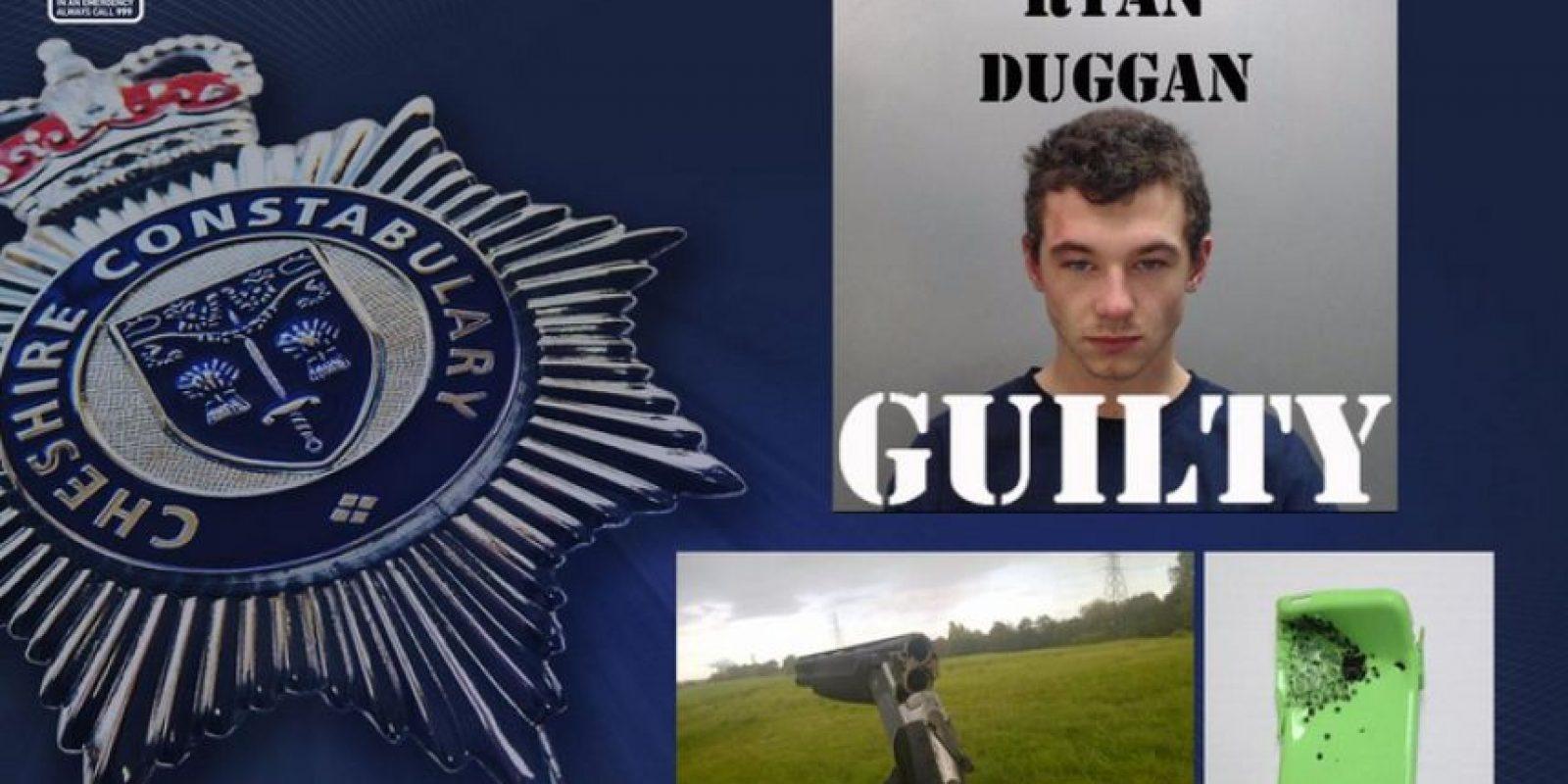 También, en Inglaterra un iPhone 5c salvó a un hombre de la muerte tras soportar un impacto de bala. Foto:Cheshire Police