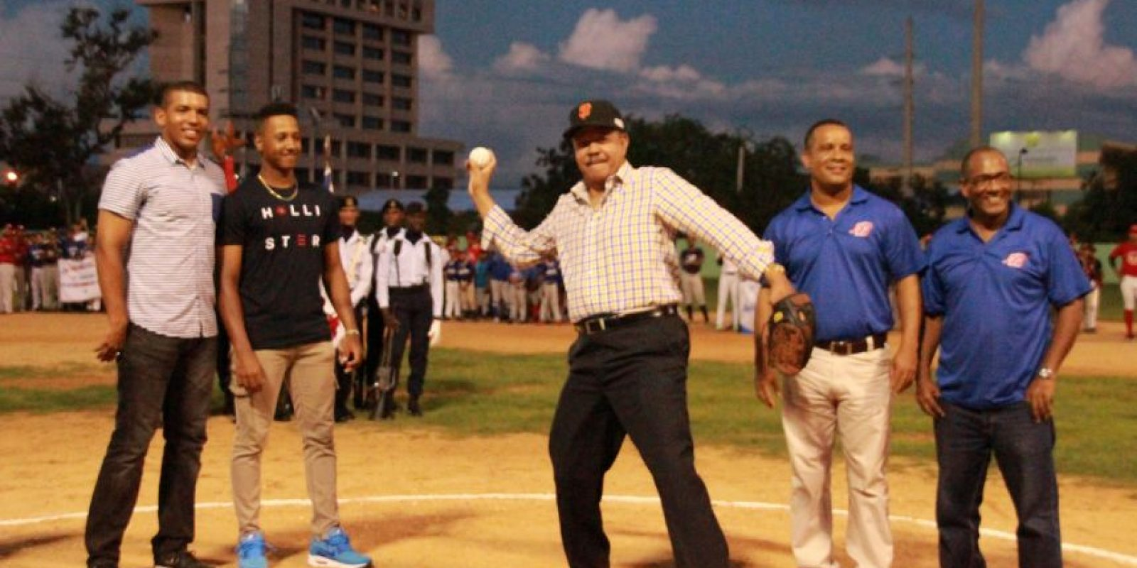 Juan Marichal lanza la primer bola en la Liga Pimentel Foto:Fuente Externa