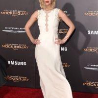 Un vestido blanco con escote transparente fue el outfit que Lawrence eligió para esa noche. Foto:Getty Images