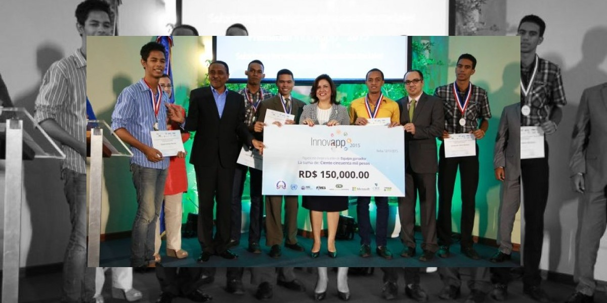 Vicepresidenta entrega premios ganadores concurso tecnológico