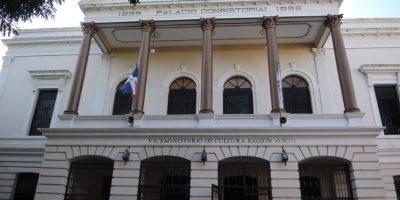 Palacio Consistorial y su estructura neoclásica del siglo XIX.