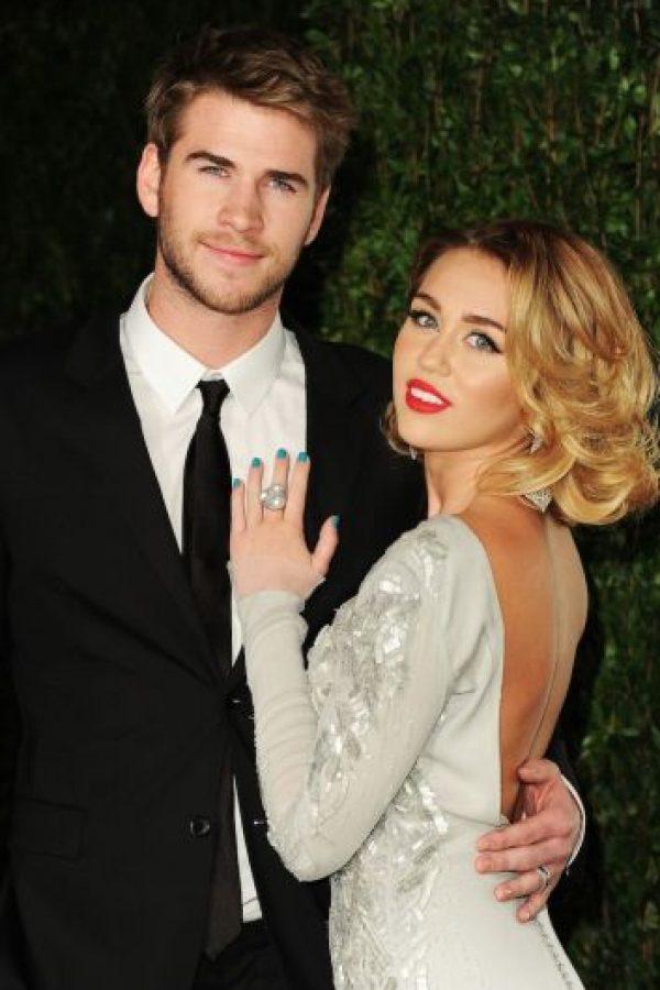 """""""La luz brillará no importa hacia dónde mueva su mano Miley"""", declaró el diseñador Neil Lane, quien creó el anillo de compromiso como un pedido especial del actor australiano. Foto:Getty Images"""