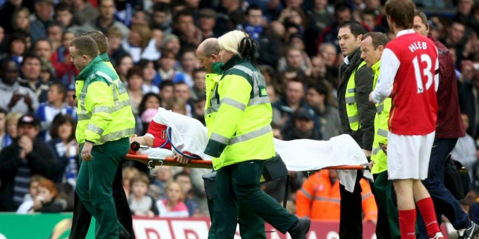 Una dura entrada de rival le fracturó tibia y peroné. Foto:Getty Images